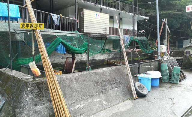 早戸川国際マス釣場のイケス